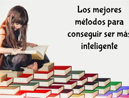 nina-sentada-sobre-libros-y-leyendo-uno
